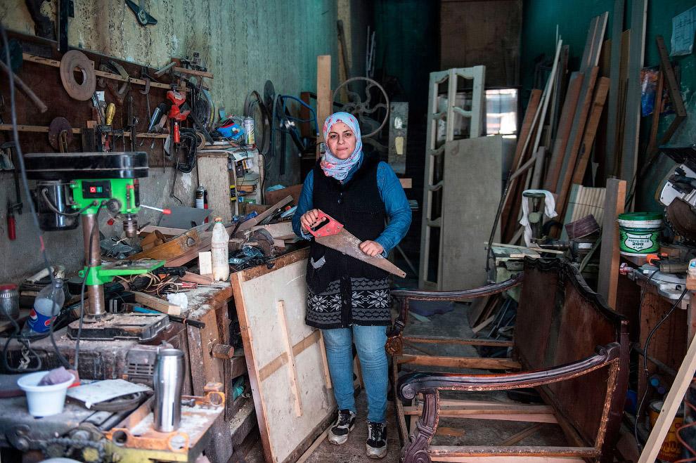 Плотник в мастерской в центре Каира, Египет
