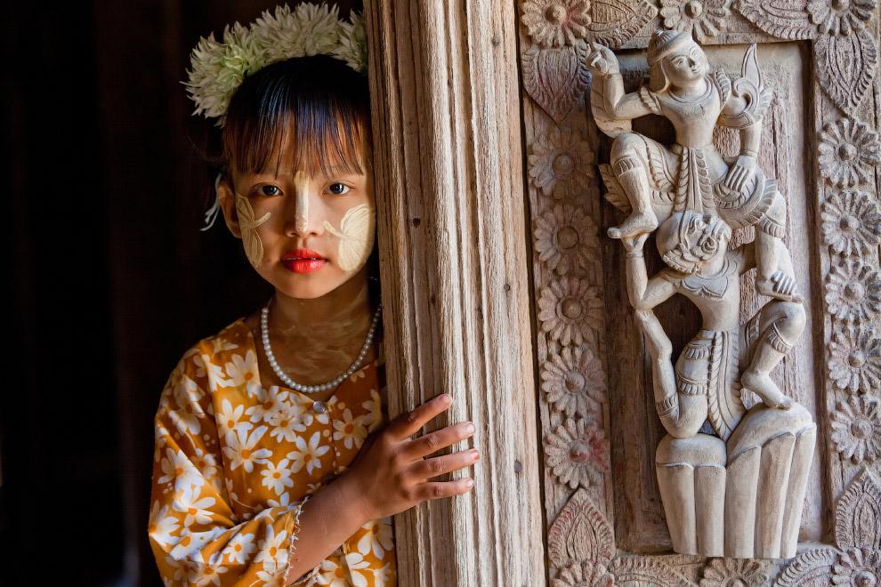 Храм и девушка в Мьянме