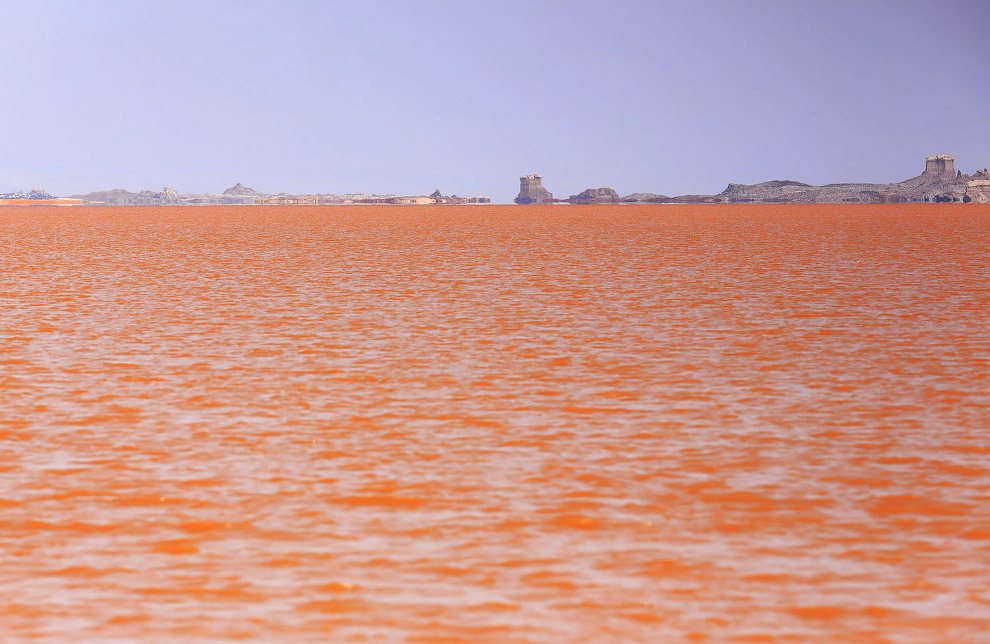 Огромное соленое озеро Карум