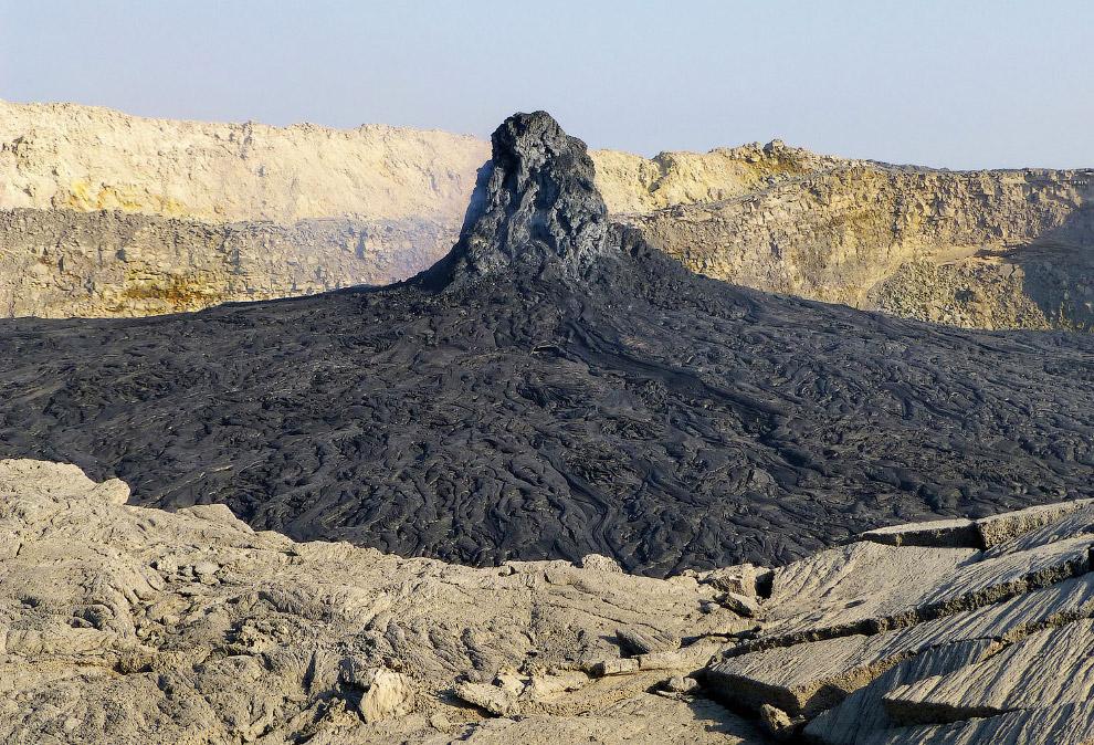 Лавові утворення у вторинному кратері вулкана Ертале