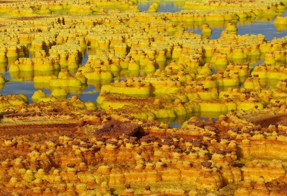 Минеральные отложения вблизи вулкана Даллол