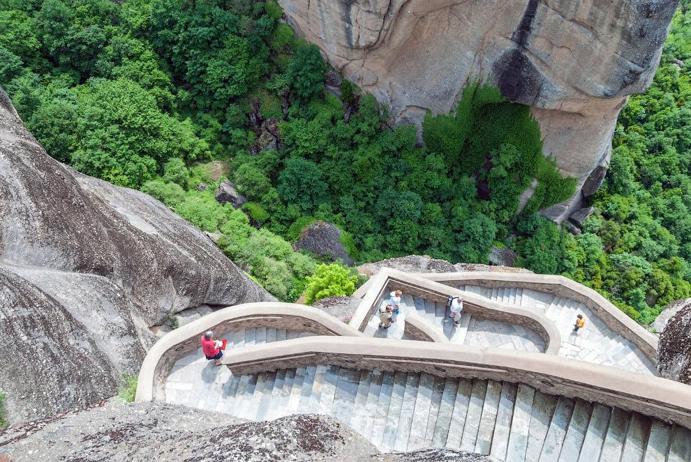 Извилистая каменная лестница к одному из монастырей Метеоры