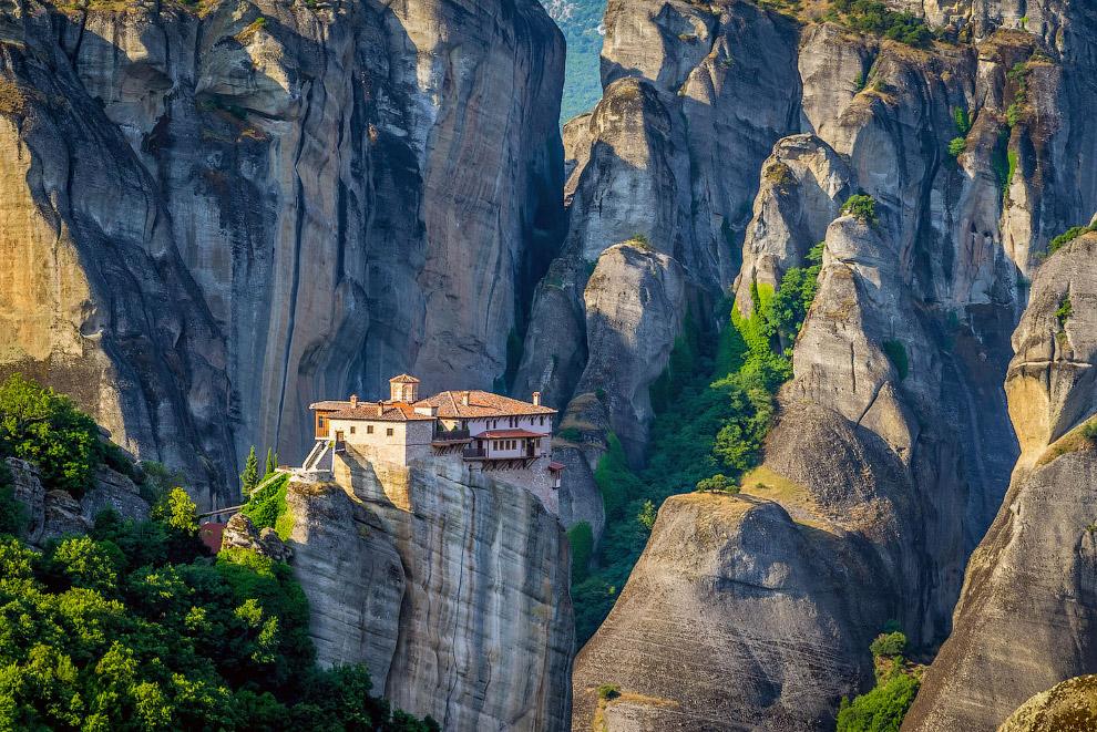 Монастырь Русану и уникальные виды на скалы