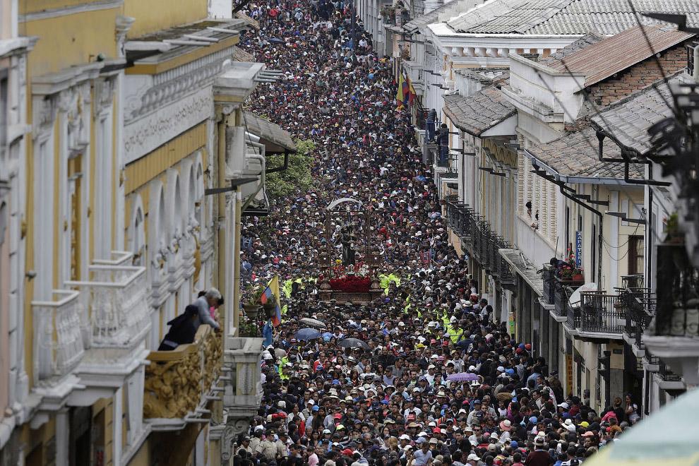 Многотысячное шествие во время Страстной недели в Кито, Эквадор