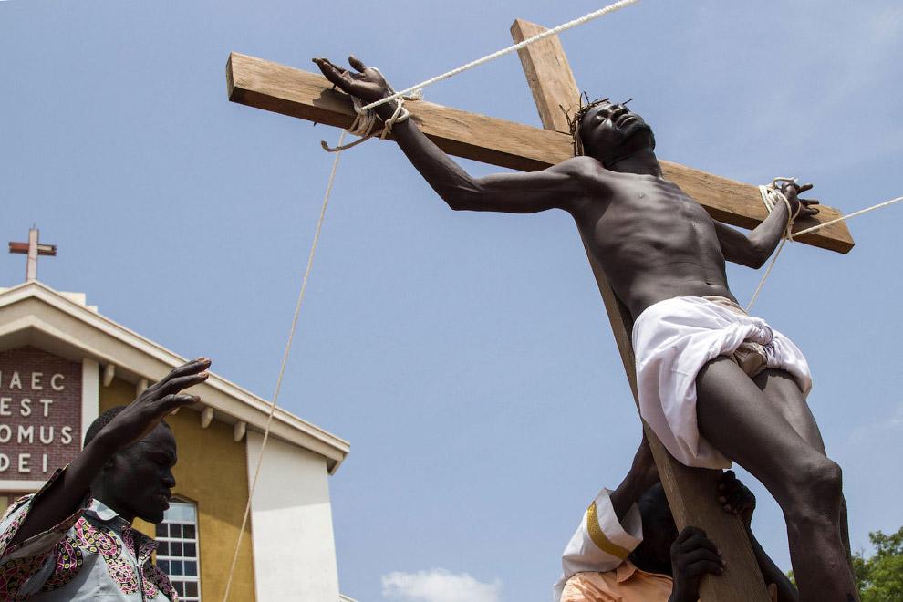 Воссоздание сцены распятия Иисуса Христа в Южном Судане