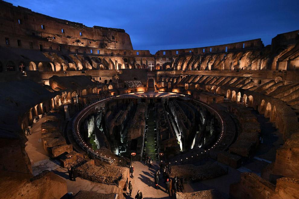 Вечером Страстной Пятницы римский Колизей — арена