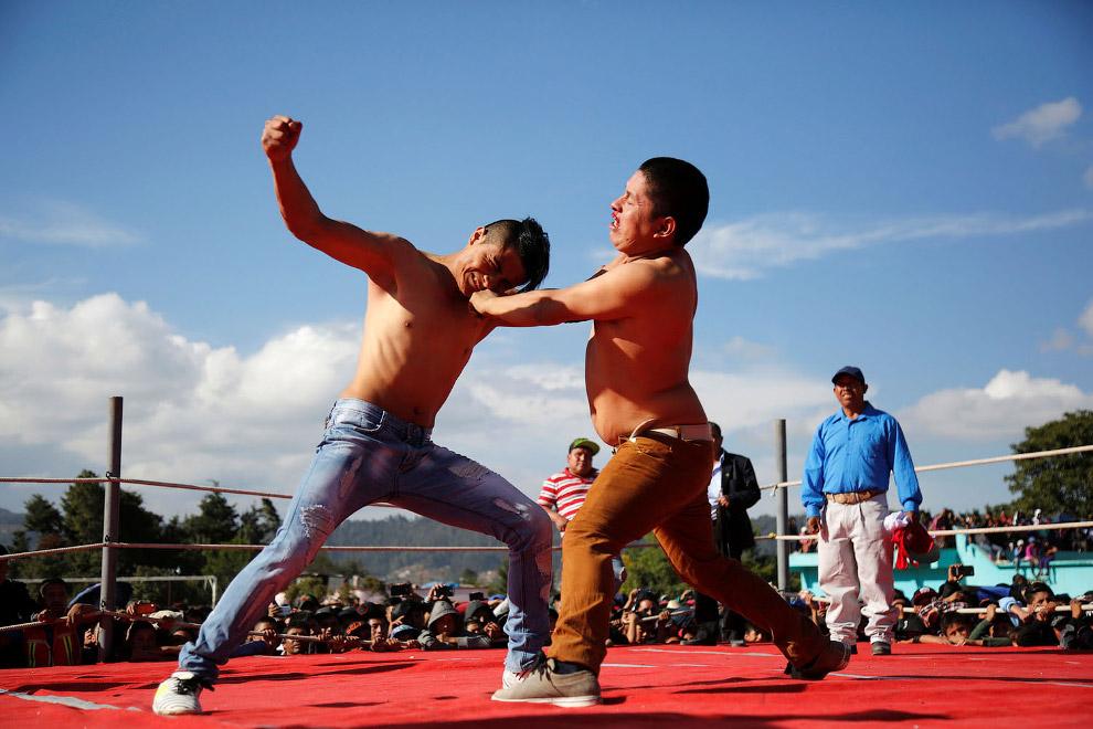 А на окраине города Гватемала есть такая традиция во время Страстной недели