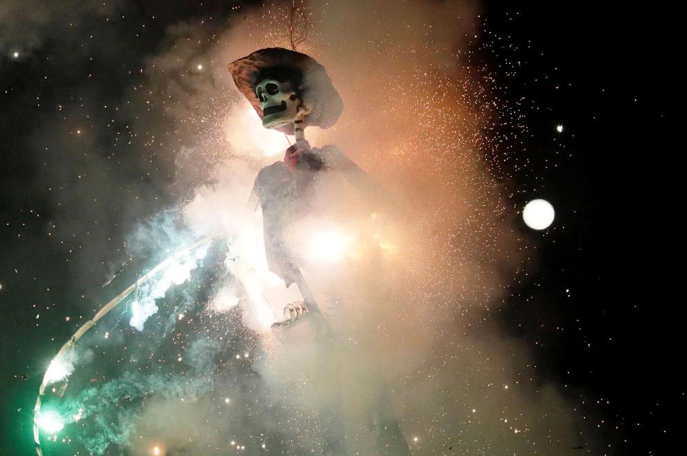 В Мехико есть традиция сжигать чучело Иуды в Страстную