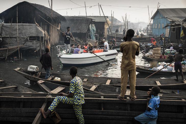 Лодка с туристами из Лагоса, прибывшая в деревню Мамомо. А проблема здесь — самострои