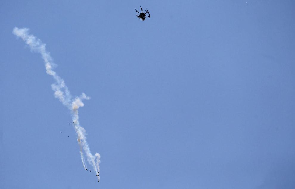 Израильский дрон сбрасывает заряды со слезоточивым газом на палестинцев