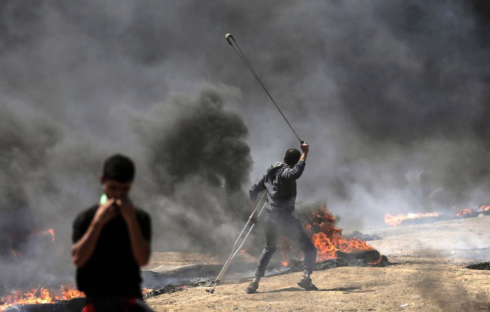 В ответ палестинцы пуляют камнями