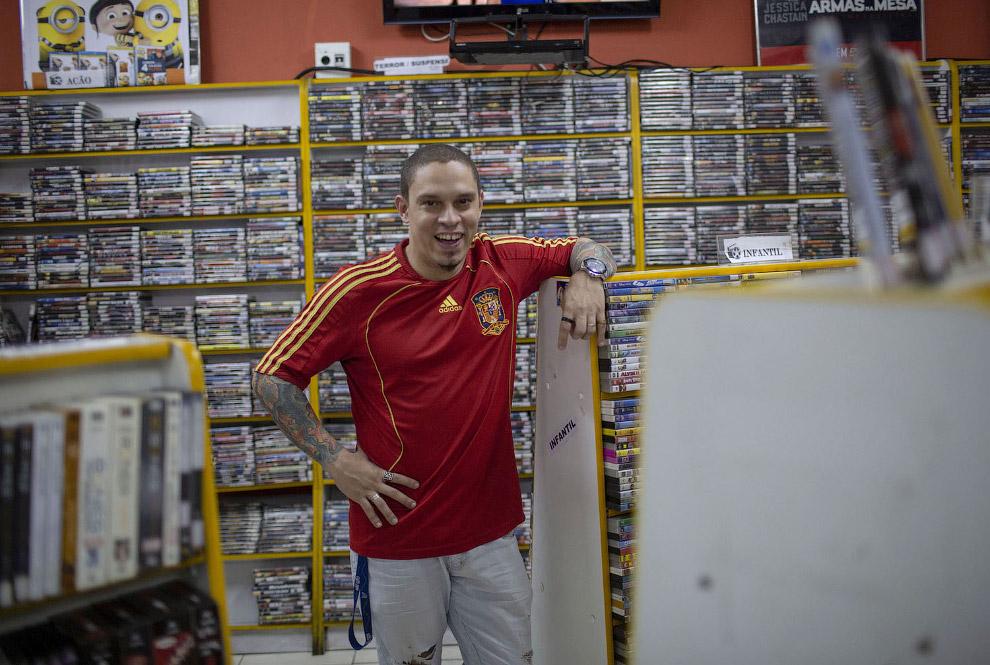 Неунывающий владелец видеопроката в Рио-де-Жанейро, Бразилия