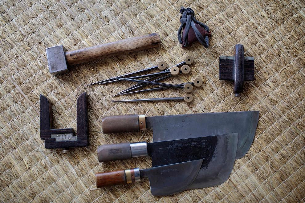 Вот такими инструментами делаются вручную маты и татами