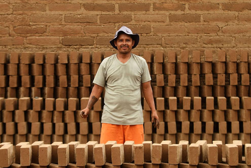 Ручное производство кирпичей.