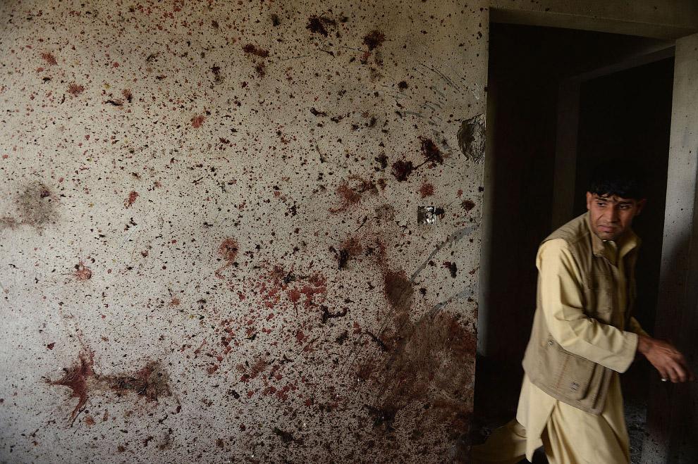 Стены в крови в аэропорту Кабула после теракта