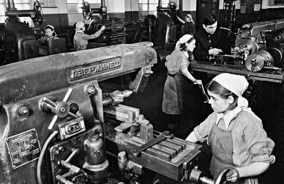 Выпуск оружия для фронта на Станкостроительном заводе № 535 в Туле.