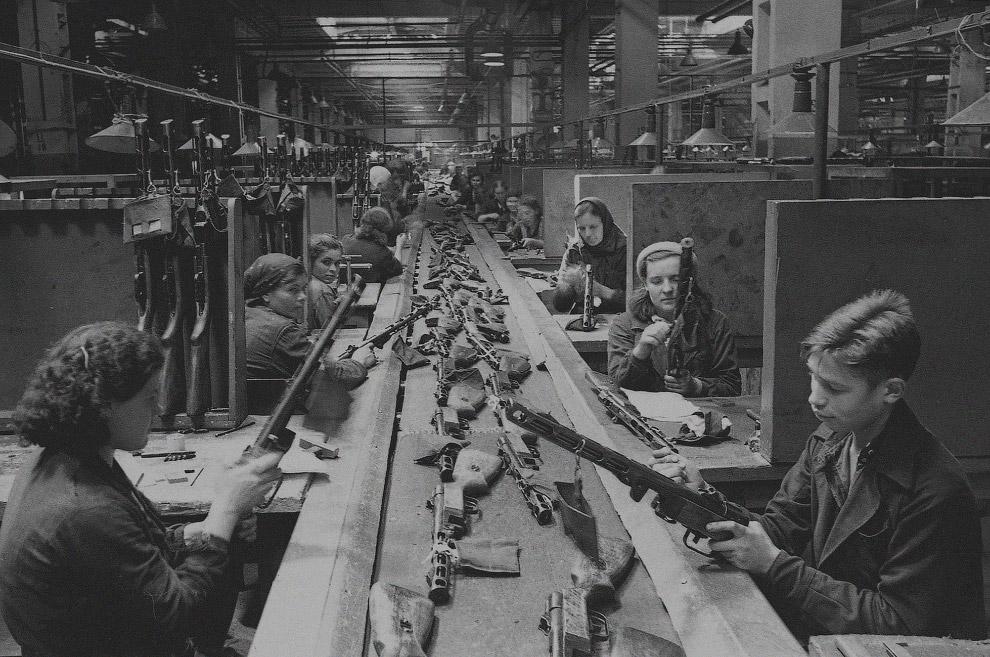 Конвейер сборки автоматов ППШ-41 на заводе имени Сталина в Москве.
