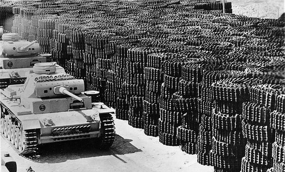Немецкий танк Panzer III покидает производственный завод. 1942 г.
