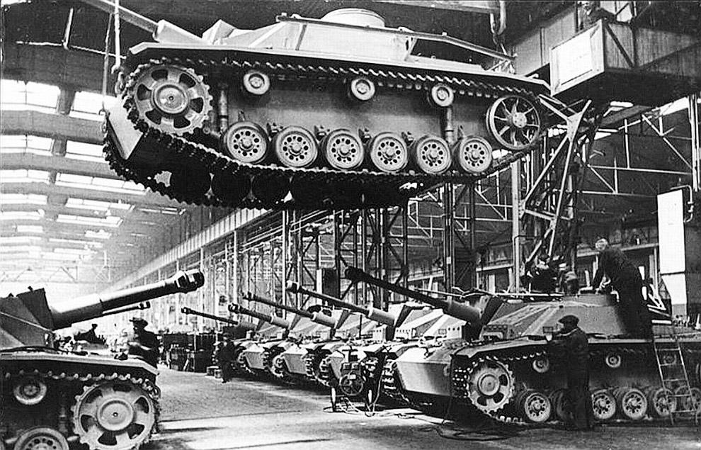 Подготовка танка Штурмгешютц III, Германия, 1943 г.