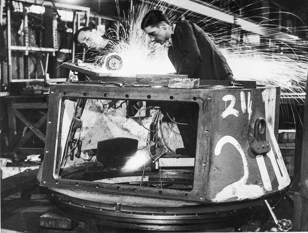 Британские рабочие на заводе Министерства снабжения делают башню для танка «Матильда».