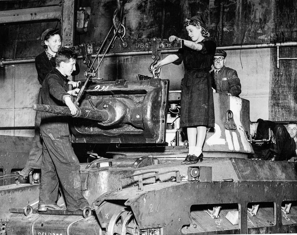 Британские рабочие заканчивают сборку танка «Матильда».