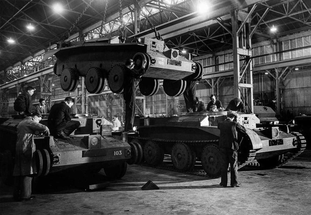 Рабочие собирают танки «Cruiser» на британском заводе. 1942 г.