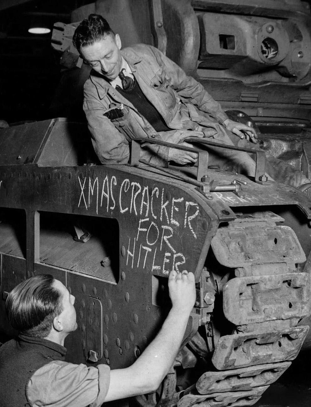 Британские рабочие оставляют послание на танке «Рождественская хлопушка для Гитлера». 1941 г.