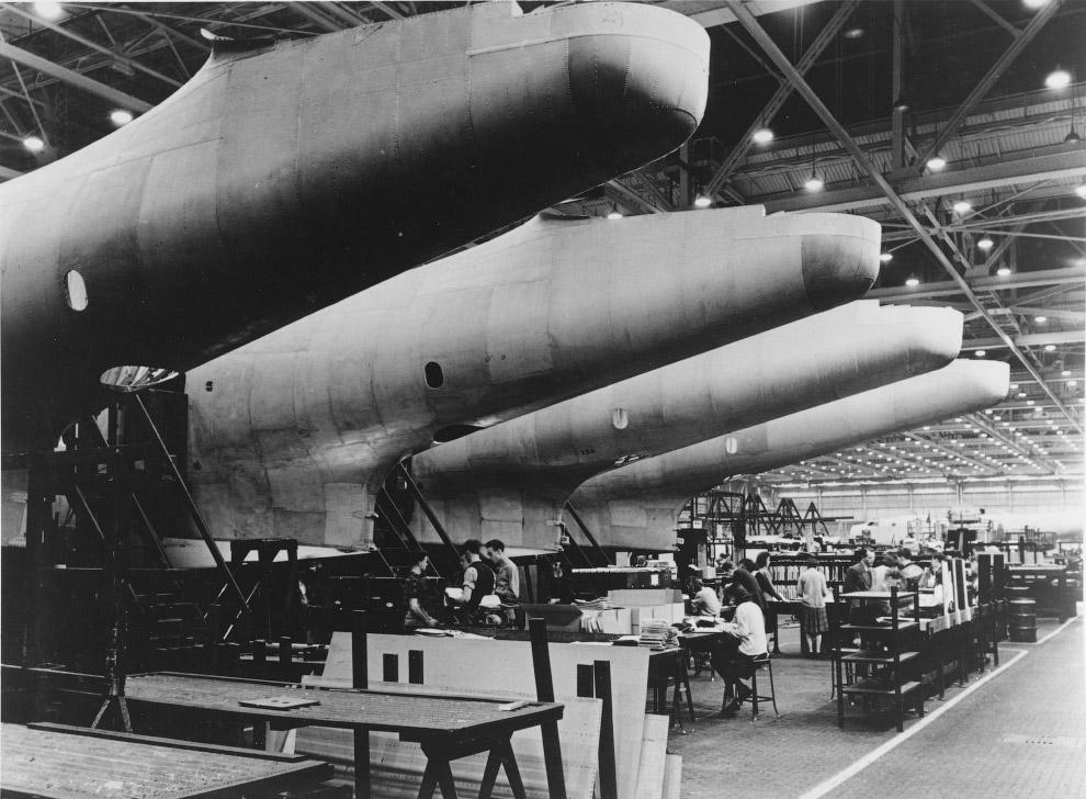 Сборка фюзеляжей патрульных самолетов Мартин «Маринер» (Martin PBM Mariner) на заводе США.