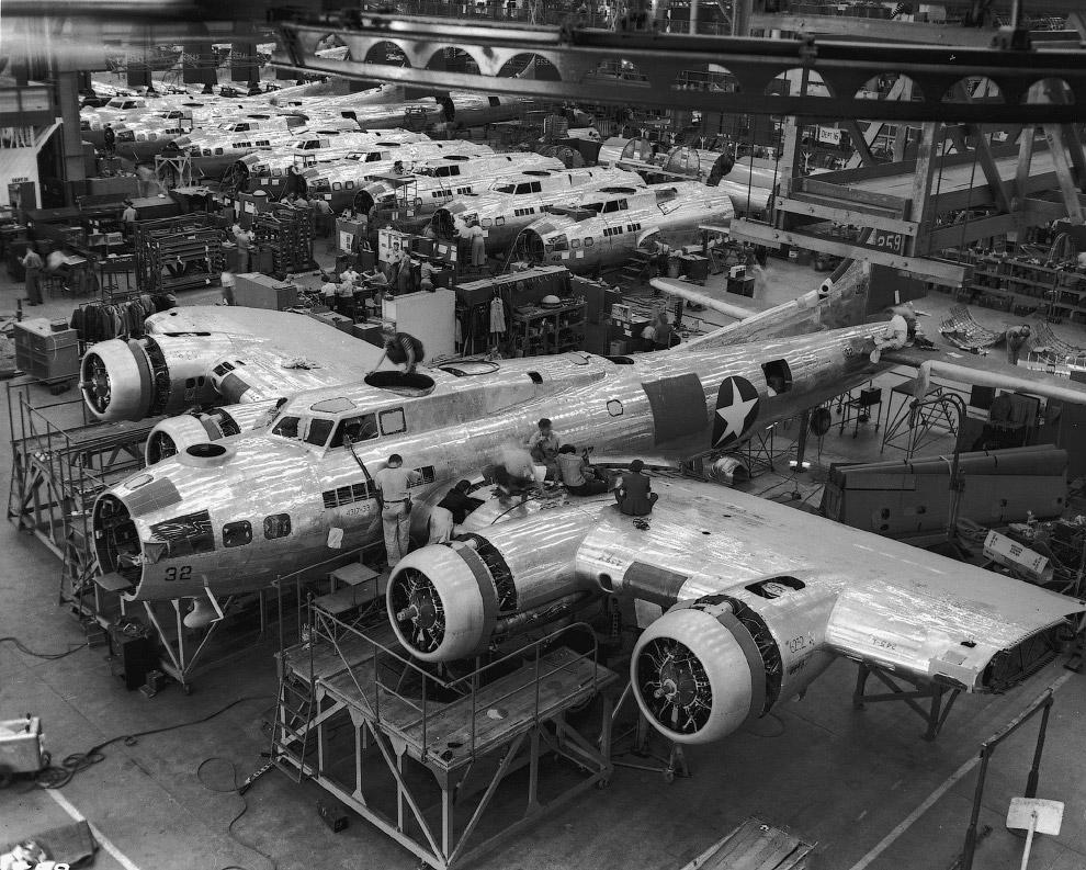 Производство бомбардировщиков B-17 на заводе фирмы «Локхид» в Бербанке, США.