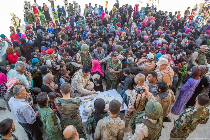 Как раздают гуманитарную помощь в Сирии