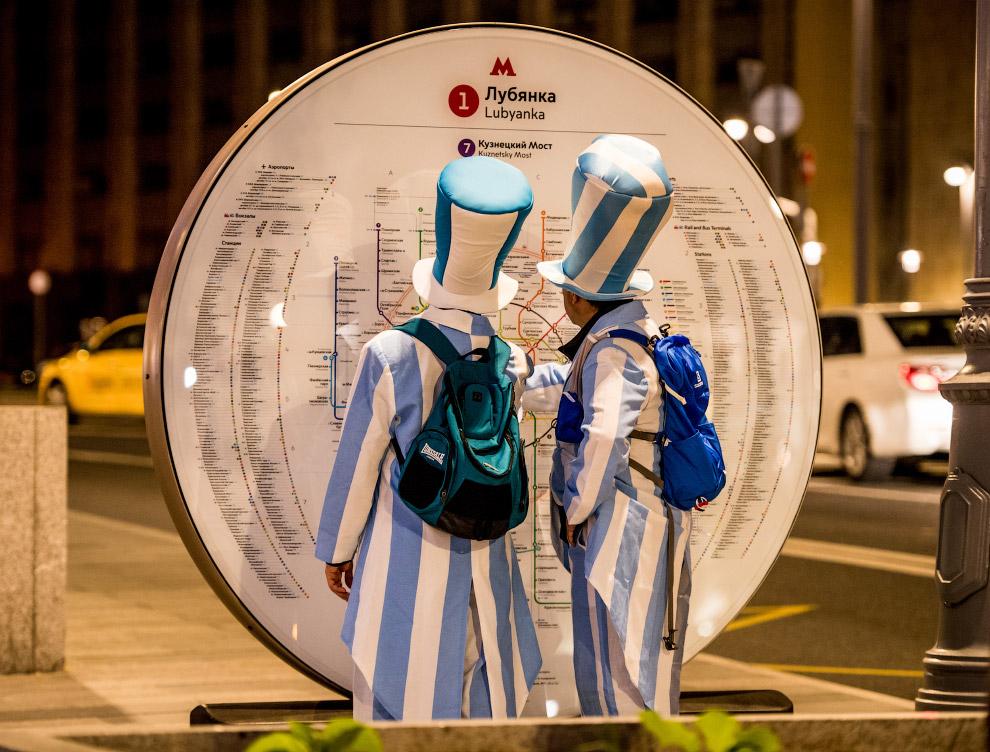 Аргентинские болельщики изучают карту метро МосквыАргентинские болельщики изучают карту метро Москвы
