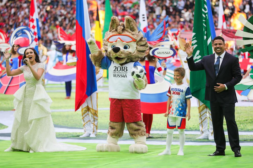Справа — знаменитый бразильский футболист Роналдо