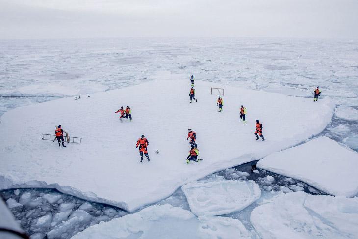 Начнем с футбольного поля на льдине около Гренландии