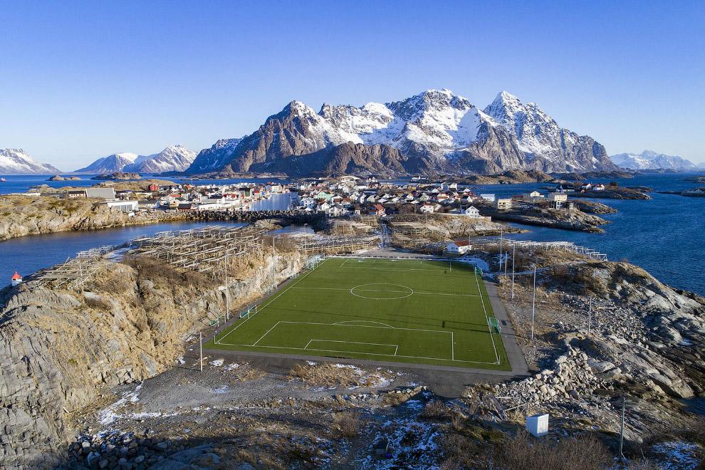 Футбольный стадион на норвежских Лофотенских островах с красивыми видами