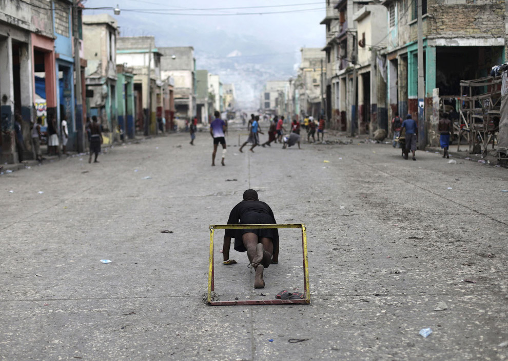 А это уличный футбол в Порт-о-Пренсе, Гаити