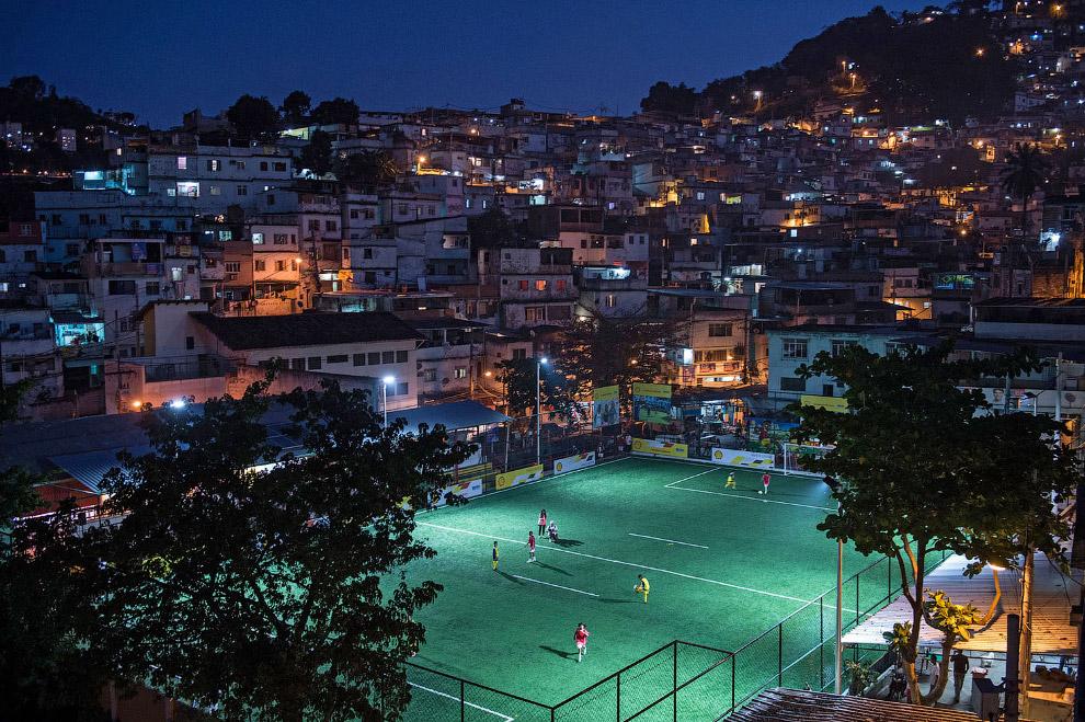 Футбольный стадион среди фавел в Рио-де-Жанейро, Бразилия