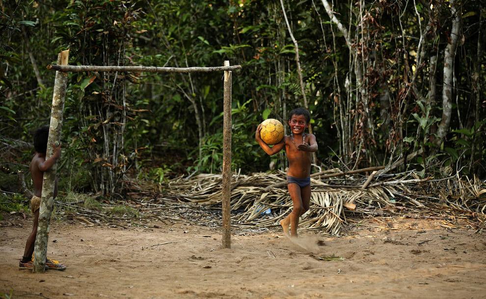 Футбольное поле в экологичном месте — в деревне в Рио-Негро около Манауса.