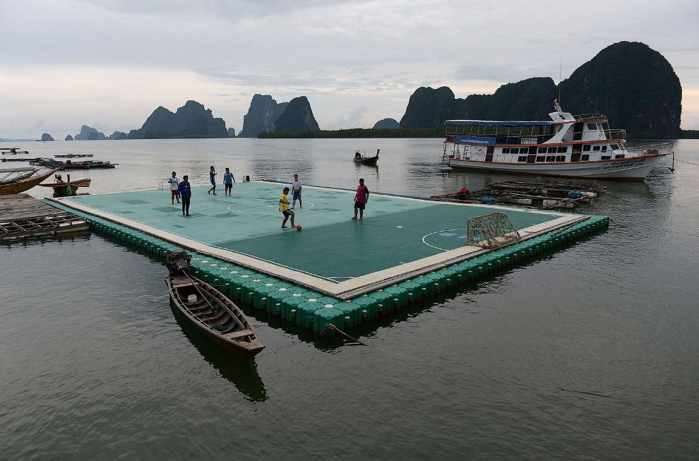 Плавучее футбольное поле в южной провинции Таиланда Пханг Нга