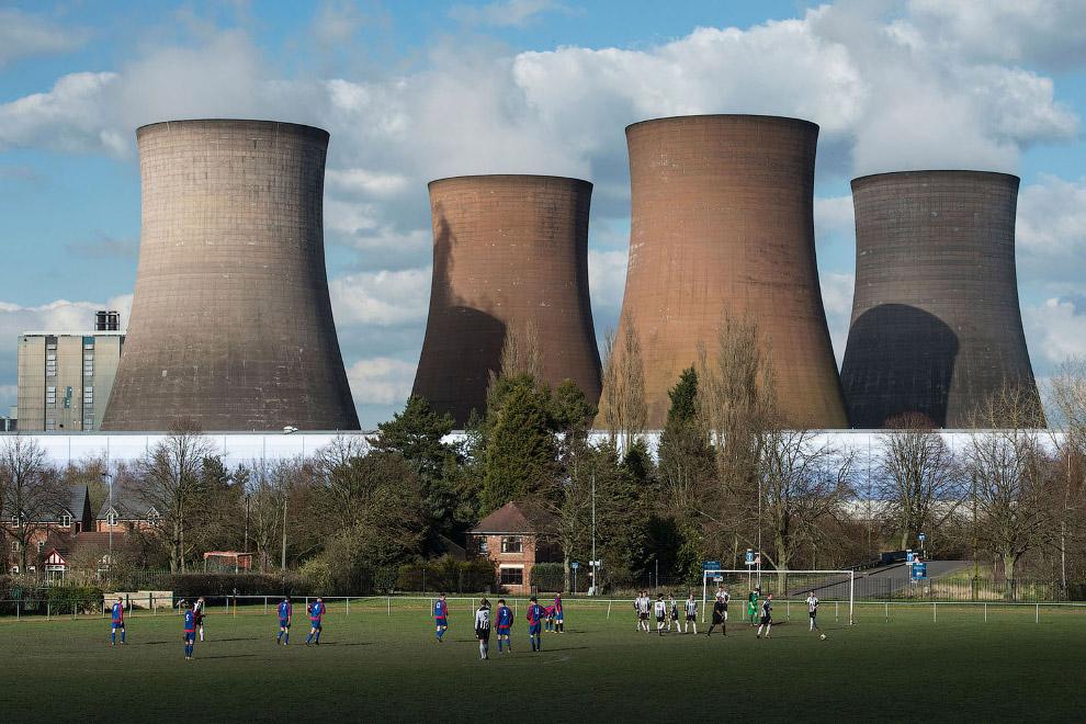 Футбольное поле перед угольной электростанцией в Англии