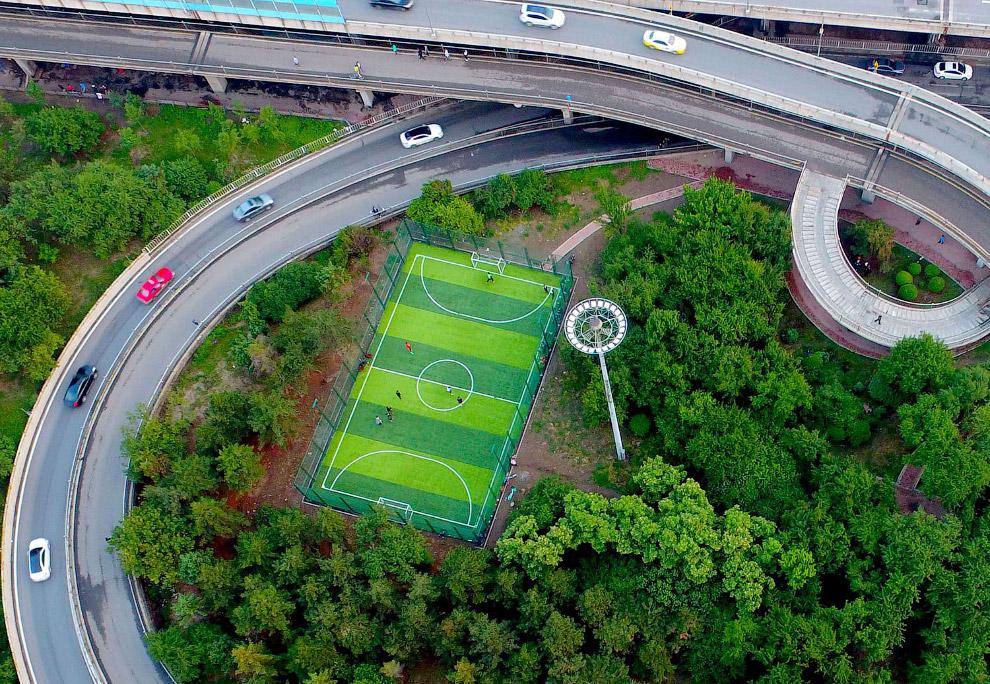 Футбольный стадион на развязке в Шэньяне, Китае