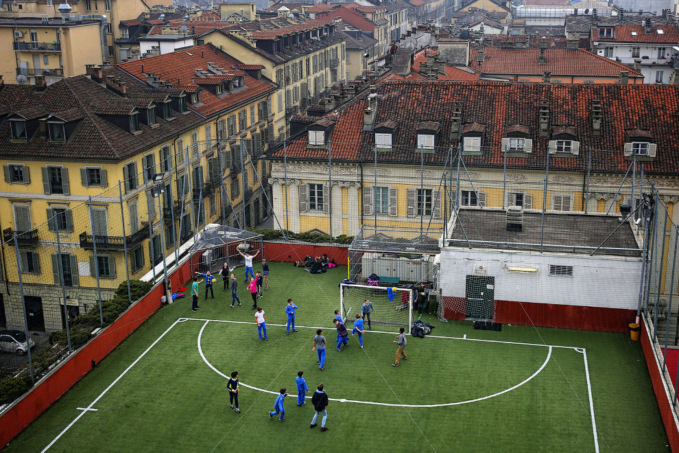 А это футбольное поле на крышке дома в Турине, Италия