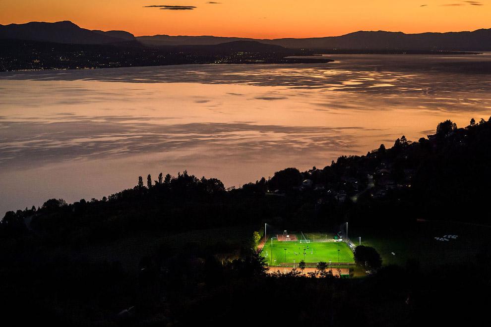 Еще одно красивое место для футбольного поля — Женевское озеро