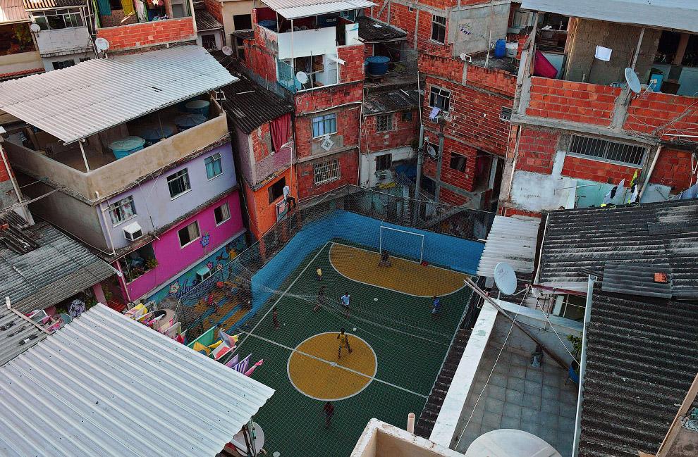 Еще один стадион в трущобах в Рио-де-Жанейро, Бразилия