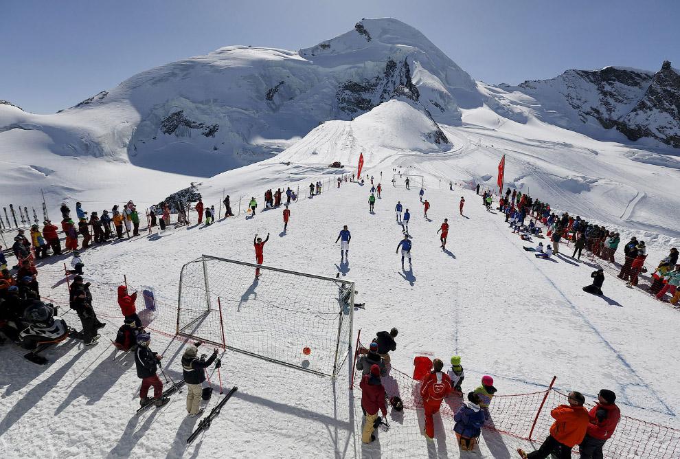Футбольное поле на леднике Аллалин в Саас-Фее, Швейцария