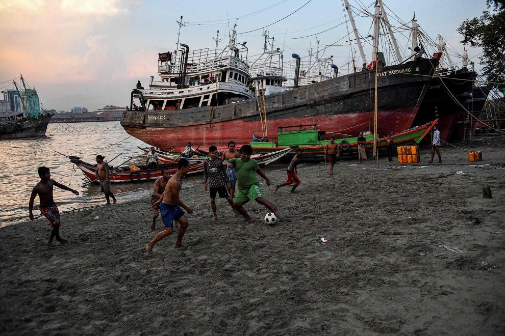 Футбол на берегах реки Янгон в Янгоне