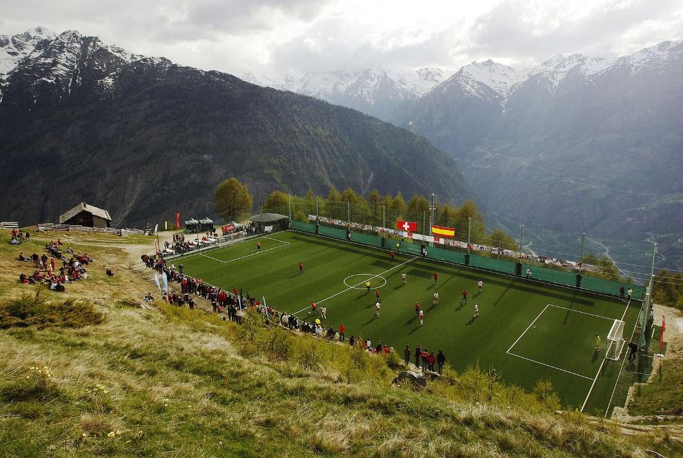Красивое футбольное поле в Швейцарских Альпах.