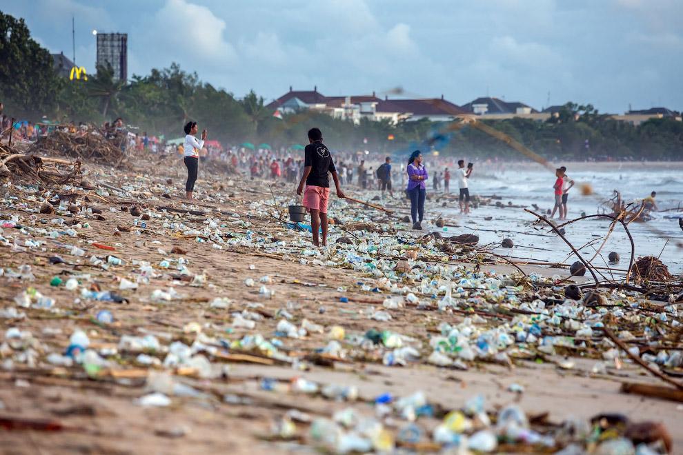 Пластиковый пляж на Бали