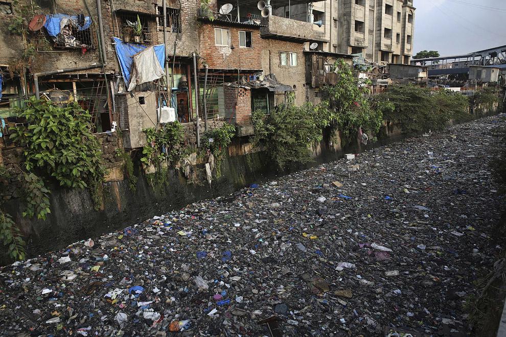 Пластиковый канал в Мумбаи, Индия