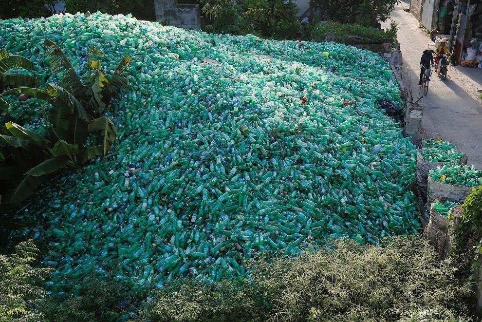 Пластиковые бутылочки возле Ханоя, Вьетнам