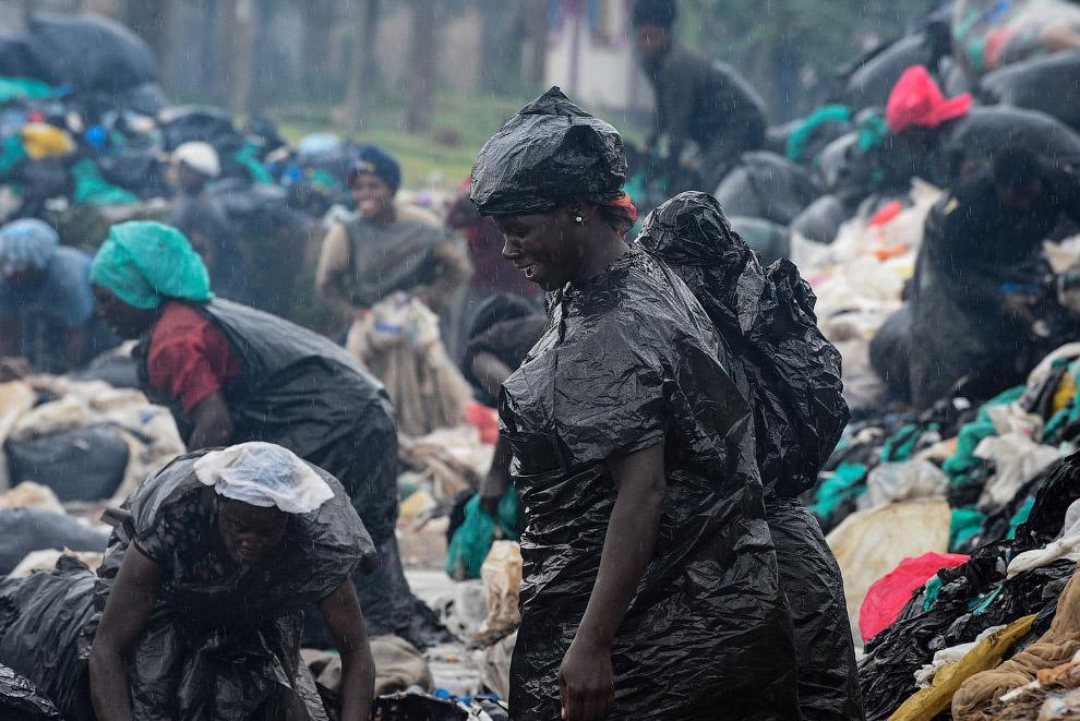 Женщины в пластиковой одежде собирают пластиковые отходы на переработку пластика в Уганде